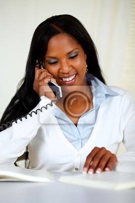 27f15e743cee0 Mujer joven encantadora en el teléfono pinturas para la pared ...