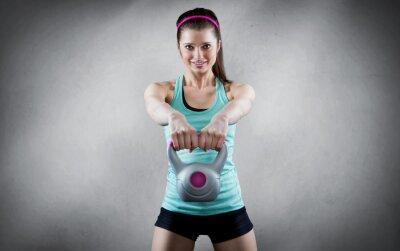 Cuadro Mujer joven entrenamiento de pesas rusas