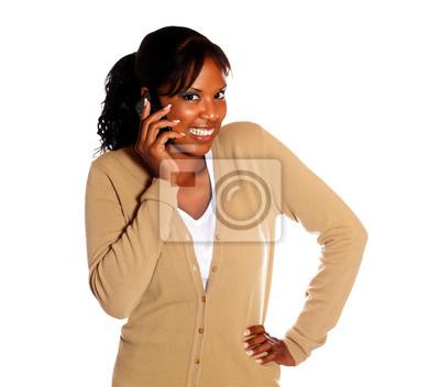 c9df7111fadea Mujer joven feliz que le mira con teléfono móvil pinturas para la ...