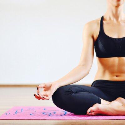 Cuadro Mujer joven que hace yoga en el interior - parte del cuerpo