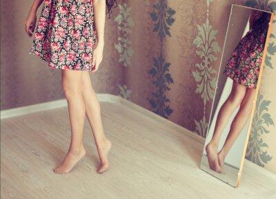 Cuadro mujer joven se vuelve el espejo
