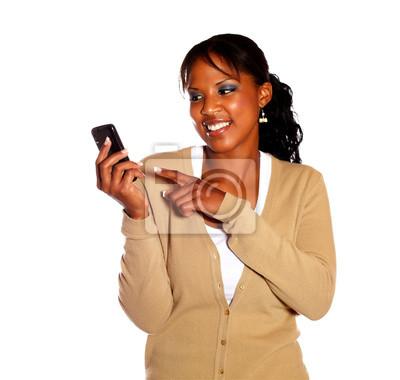 2ad097f7ee4c8 Mujer joven sonriente apuntando con el teléfono celular pinturas ...