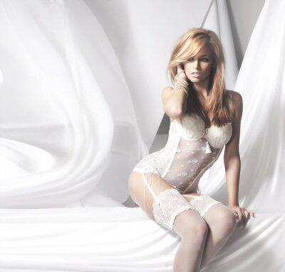 Cuadro Mujer joven y atractiva del redhead en ropa interior blanca