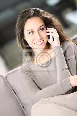 20b0406d59f5b Mujer joven y atractiva que habla en el teléfono en casa pinturas ...