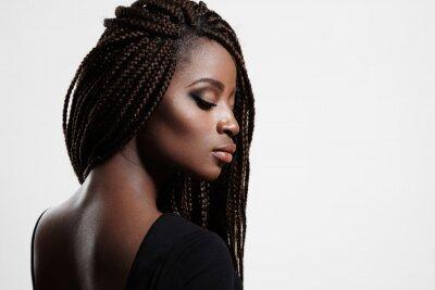 Cuadro Mujer negra con trenzas y ojos ahumados por la noche