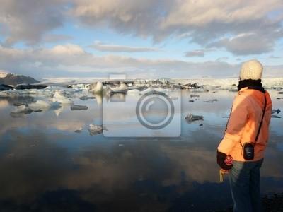Mujer que admira el lago del glaciar