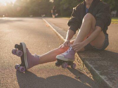 Cuadro Mujer que pone en patines en el parque