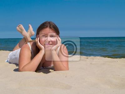 Mujer que se relaja por la orilla del mar