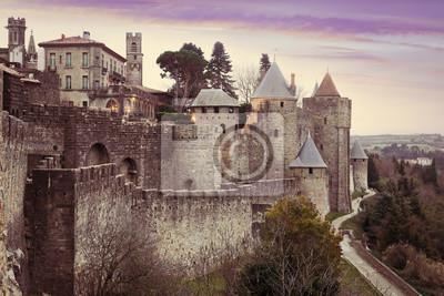 Muros de la fortaleza medieval en el tiempo de la tarde. Carcasona