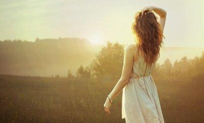 Cuadro Muy morena mujer viendo la puesta de sol