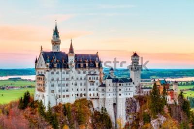 Cuadro Neuschwanstein, encantador panorama de paisaje de otoño Imagen del castillo de cuento de hadas cerca de Munich en Baviera, Alemania con árboles coloridos en las horas de la mañana