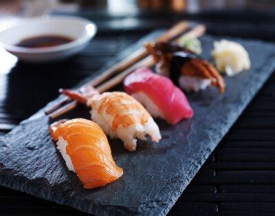 Cuadro nigiri sushi variado en la pizarra