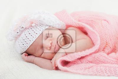 428d347f4 Niña recién nacido duerme bajo un manto rosa de punto pinturas para ...