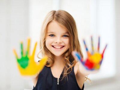 Cuadro niña sonriente que muestra las manos pintadas
