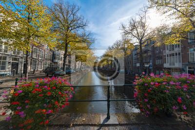 Ninguna bicicleta estacionada en el puente sobre el canal bajo las luces otoñales del atardecer temprano, La Haya, Países Bajos