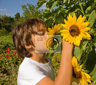niño en el jardín del girasol