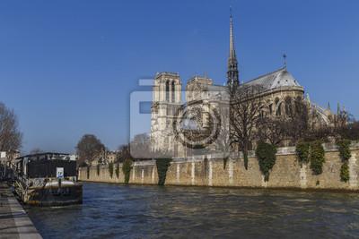 Notre Dame de París vista desde el lado del río Sena, Francia