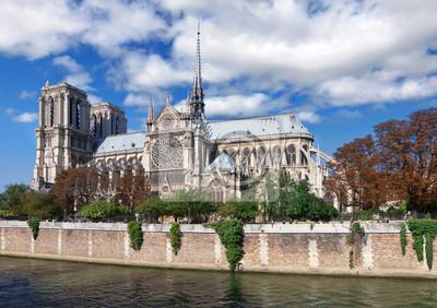 Notre Dame (París) junto al río Sena