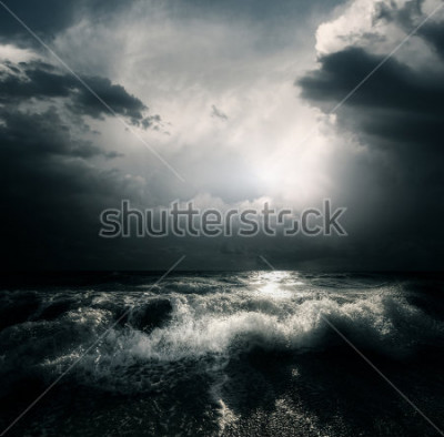 Cuadro Nubes de tormenta y enormes olas en un mar