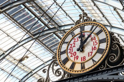 Cuadro Old-fashioned style clock at Kings Cross train station in London