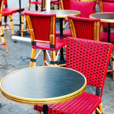 Cuadro Opinión de la calle de una terraza del café con mesas y sillas