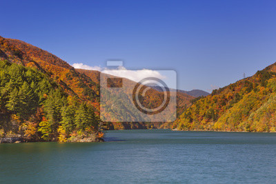 Otoño en los Alpes japoneses en Azusa Lago