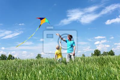 padre con el hijo en el verano con cometa