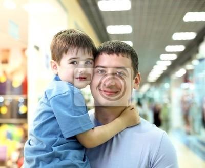Padre y niño haciendo compras