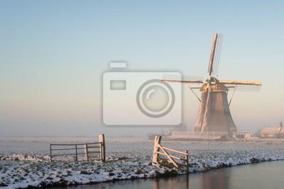 Paisaje de invierno en los Países Bajos, con un molino de viento