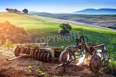 Cuadro Paisaje de Toscana en la salida del sol. Retro, viejas máquinas agrícolas en las colinas toscanas. Italia