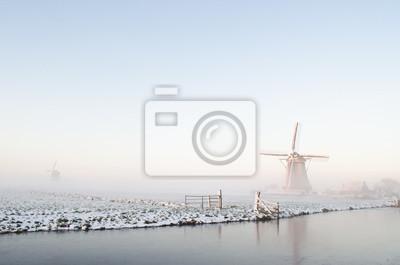 Paisaje del molino de viento del invierno en Holanda