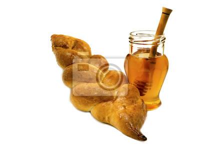 Pan jalá y tarro de miel aislado en el fondo blanco