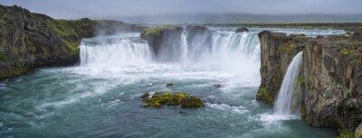 Cuadro panorama de la cascada con nubes en Islandia