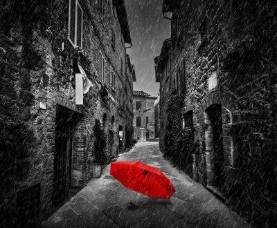 Cuadro Paraguas en la calle oscura en una antigua ciudad italiana en Toscana, Italia. Lloviendo