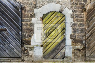 Pared de ladrillo medieval con puertas de madera en Old Riga