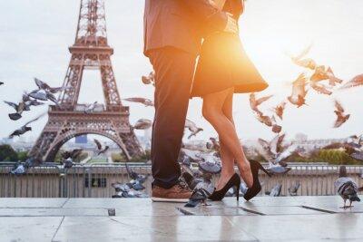 Cuadro Pareja cerca de la torre Eiffel en París, beso romántico