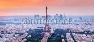 Cuadro París, Francia. Vista panorámica del horizonte de París con la Torre Eiffel en el centro. Increíble paisaje al atardecer con cielo dramático.