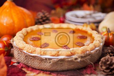Pastel de calabaza hecha en casa en una mesa rústica con decoraciones de otoño