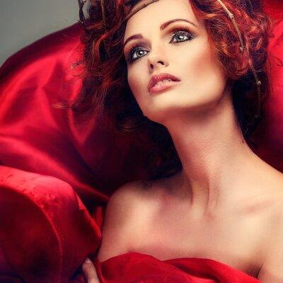 Cuadro Pelos rojos. Retrato de la hermosa muchacha en la tela roja