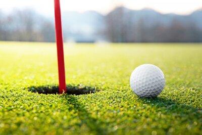 Cuadro pelota de golf cerca del agujero