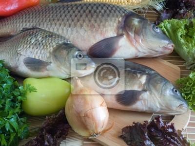 Pescados de la carpa de cerca en la tabla de cortar