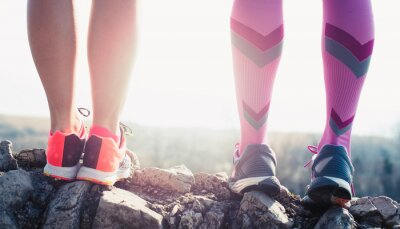 Cuadro pies del atleta del deporte que se ejecuta en rastro de vida de buena condición física
