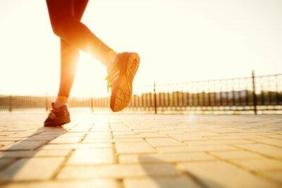 Cuadro Pies del corredor que se ejecutan en primer plano de carreteras en el zapato. aptitud sunri mujer