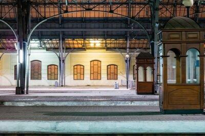 Cuadro Plataforma de pasajeros en la noche en la estación de tren. Estación de trenes por la noche.