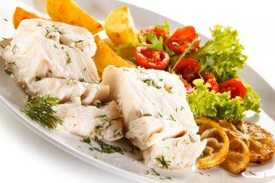 Cuadro Plato de pescado - filete de pescado hervido, papas al horno y verduras