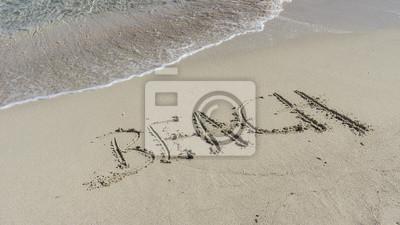Playa de la palabra escrita en una playa de arena