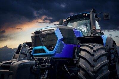 Cuadro Potente tractor contra un cielo tormentoso