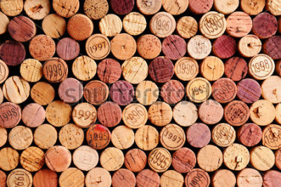 Cuadro Primer plano de una pared de corchos de vino usados. Una selección aleatoria de corchos de vino usados, algunos con años de cosecha. Formato horizontal que llena el cuadro.