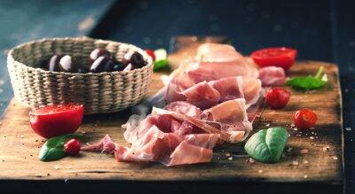 Cuadro Prosciutto con pan en una tabla de madera con aceitunas