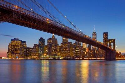 Puente de Brooklyn y el horizonte de la ciudad de Nueva York al atardecer